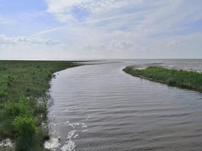 Großer Siel, der über ein Sperrwerk kontrolliert Nordseewasser aus dem Jadebusen ins Hinterland strömen lässt