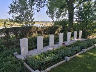 Gräber einer gefallenen kanadischer Bomberbesatzung
