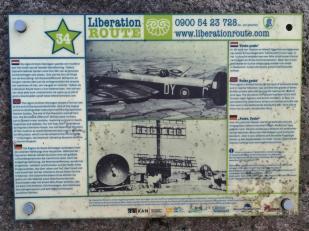 Infotafel an einer kanadischen Kriegsgräberstädte auf dem Rheindeich