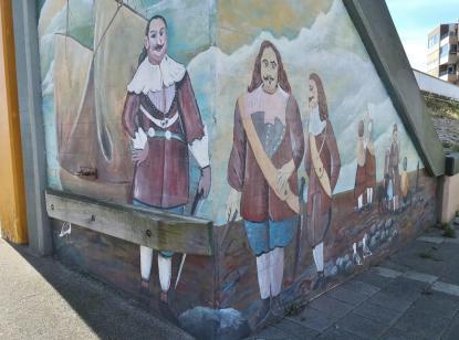 Historisches Motiv auf einer Brücke an der Schleuse des Eemskanals
