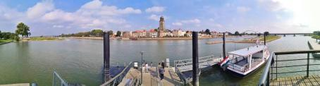 Panoramabild von der Ijssel gegenüber der Altstadt von Deventer