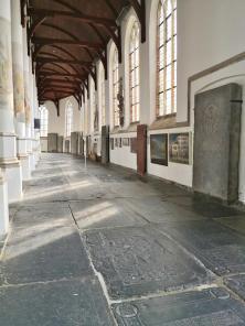 Der Boden ist mit Grabplatten belegt
