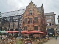 Eines der ältesten erhaltenen Häuser am GroteMarkt hinter dem Stadhuis