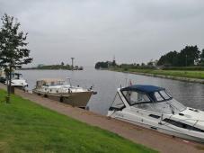 """Hafenausfahrt ins Velouwemeer mit dem Denkmal """"Hanzebaken"""" im Hintergrund"""