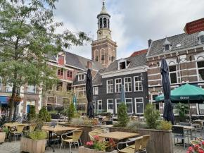Außengastronomie am Botermarkt mit Blick zum Neuen Turm