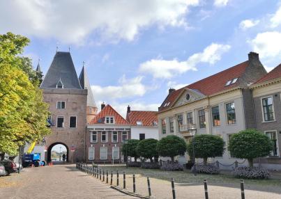 Historisches Stadttor Koornmarktpoort, Stadtseite. Rechts die theologische Universätit