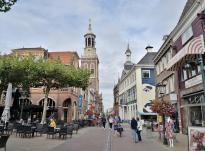 Blick von der Einkaufsstraße Ouderstraat zum Nieuwe Toren