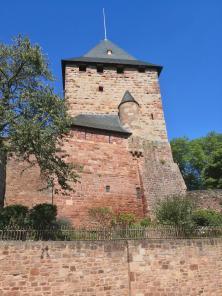 Der restaurierte Bergfried der Burg
