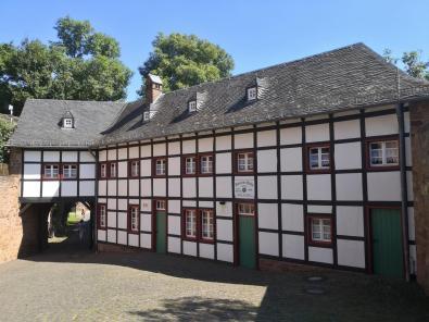 Das Dürener Haus der Dürener Sektion des Alpenvereins im Vorhof der Burg