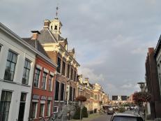 Blick in die Marktstraat mit dem Rathaus (links)