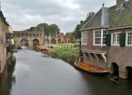 Ablegestelle der Boote in der Molengracht mit dem mittelalterlichen Wassertor im Hintergrund