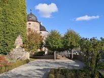 "Blick durchs ""Gartentor"" auf das Schloss"