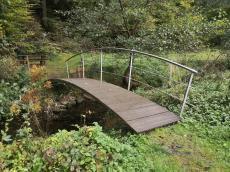 Hübsche kleine Wanderbrücke mitten im Nirgendwo