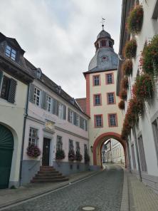 Oberer Torturm, auch Apothekerturm genannt, links die ehemalige fürstliche Hofapotheke