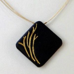 Collier d'ébène gravé de brindilles dorées