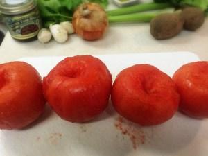 4.よしさんの綺麗な皮をむいたトマトをよく見てから、オーブンを170度に予熱してください。