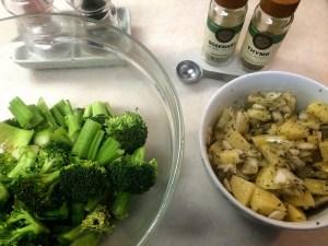 7.ブロッコリーとセロリを乱切りにして、じゃがいもと玉ねぎの皮をむいてさいの目に切ろう。ボウルに、ブロッコリーとセロリを大さじ1杯のオリーブオイルと塩コショウで混ぜて。他のボウルに、切ったじゃがいもと玉ねぎを大さじ1杯のオリーブオイルと塩コショウとローズマリーとタイムで混ぜてください