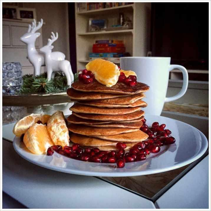 Bananenpancakes mit Ahornsirup, Orange und Granatapfel
