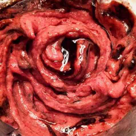 Erdbeer-Nicecream mit Schokosauce