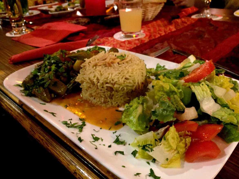 Okraschoten mit Reis und Salat