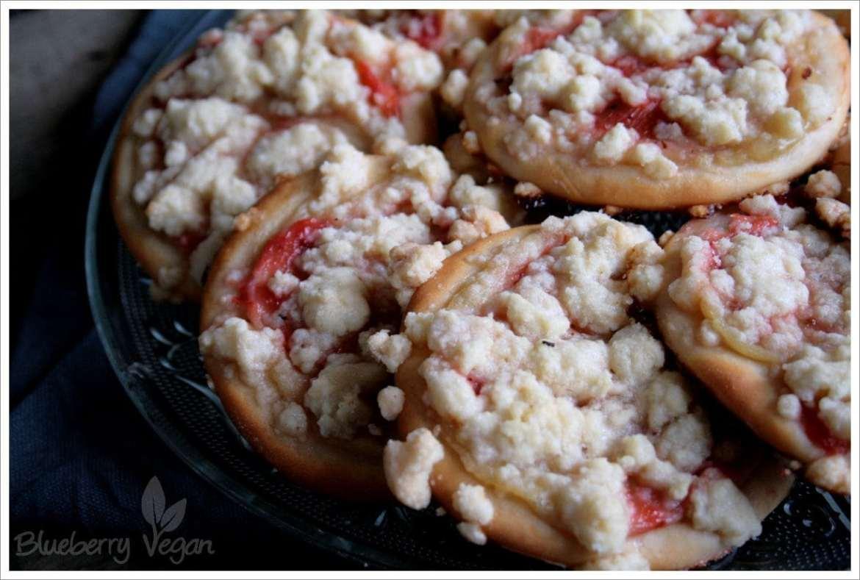 Pudding-Streusel-Teilchen mit Erdbeer-Rhabarber