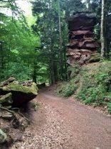 Immer wieder tauchen riesige Felsen auf dem Weg auf