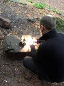 Marten beim Feuer machen