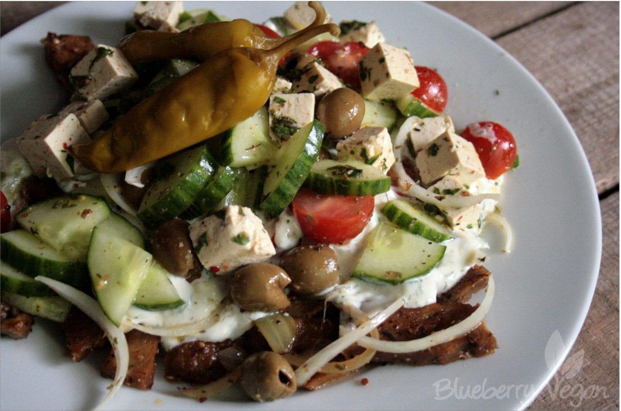 Seitan-Gyros mit Zaziki, Salat und Tofu-Feta