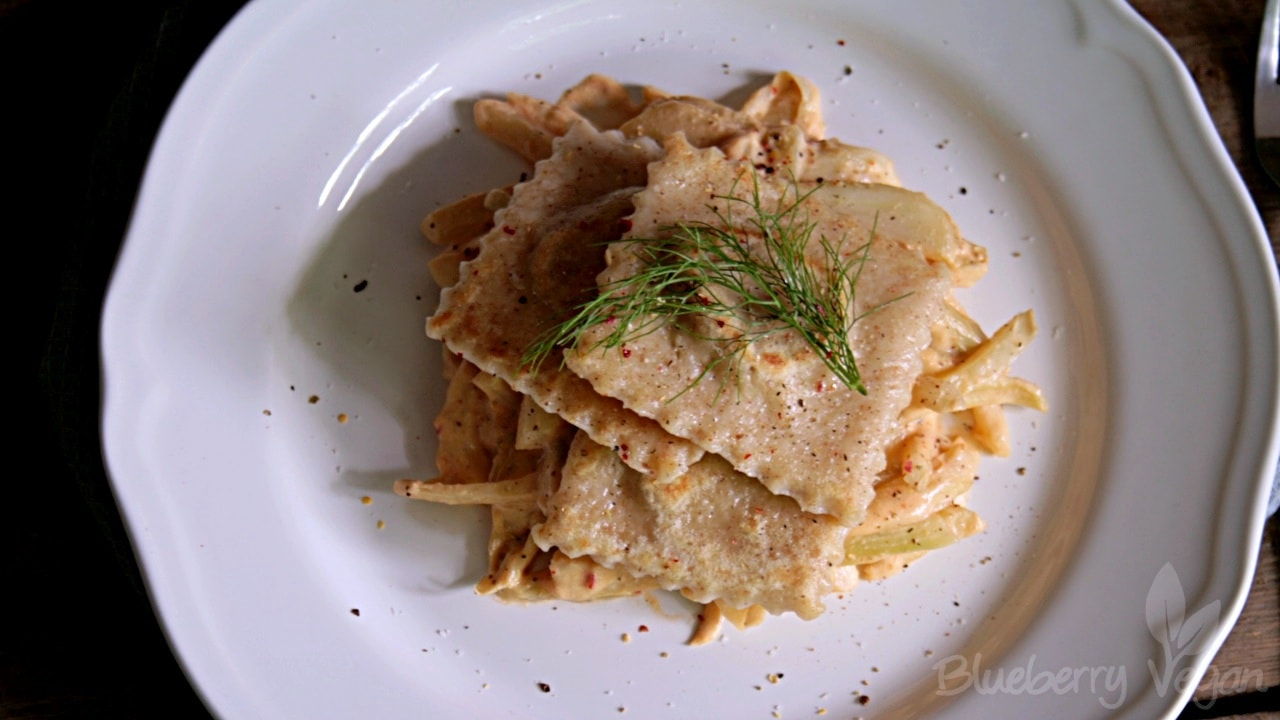 Maultaschen mit Fenchel und Chili-Cashew-Rahm