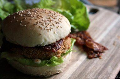 Veganer Chicken-Burger mit Reispapierbacon