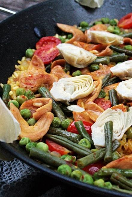 Paella mit Pulled Soja, Bohnen und Artischocken