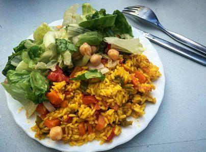 Reispfanne und Salat