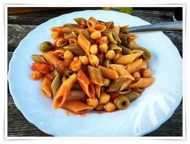 Nudeln mit Kichererbsen in Tomatensauce