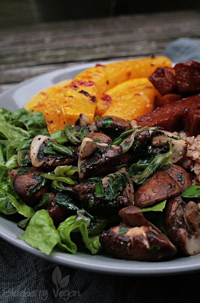 Herbst Bowl mit Ofenkürbis, Champignons und Barbecue Tofu