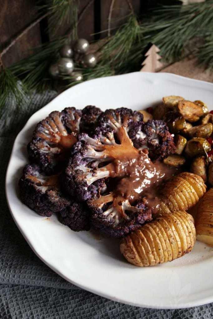 Rauchige Blumenkohlsteaks mit Fächerkartoffeln und geröstetem Rosenkohl