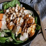 Spinat-Süßkartoffel-Bowl mit Brathähnchen-Blumenkohl, Kichererbsen und Caesar-Dressing