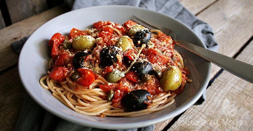 Würzige Spaghetti alla Puttanesca mit Cashew-Parmesan