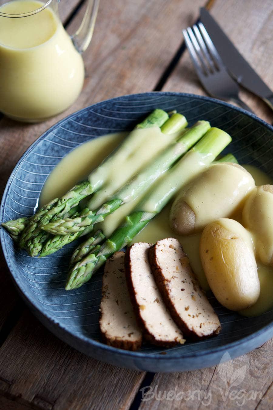Spargel mit Kartoffeln, Tofu und der ultimativen veganen Sauce Hollandaise