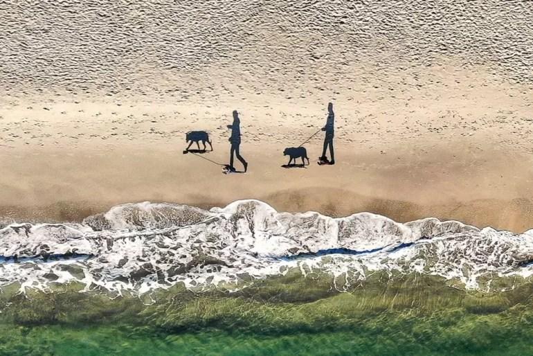 Trzecie miejsce zajął dziwny snap cienia spacerującego po plaży