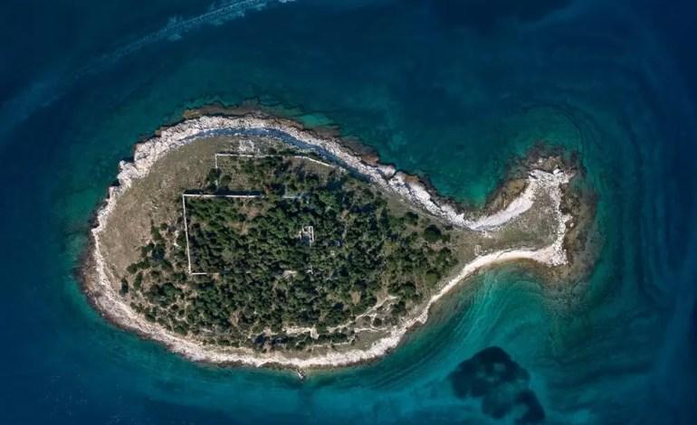 Wyspa w kształcie ryby u wybrzeży Chorwacji fot.:Dronestagram/Milan Photo
