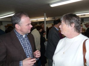 Photo By Steve Ellis : ©2009 NCL Magazine : Governor Tim Kaine talks with Lynne Carson of Nellysford.