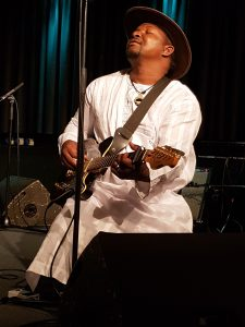 Samba Touré på guitar