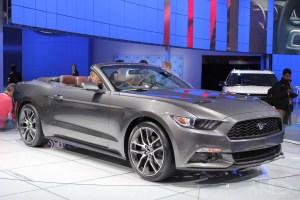 2015-Ford-Mustang-Convertible-at-2014-NAIAS-front-quarter