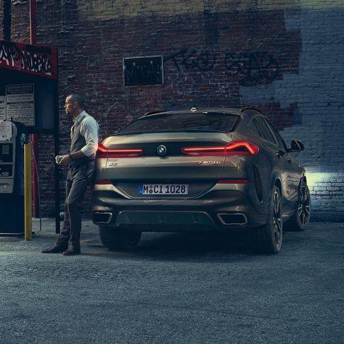 BMW X6 in achteraanzicht in een stedelijke omgeving.