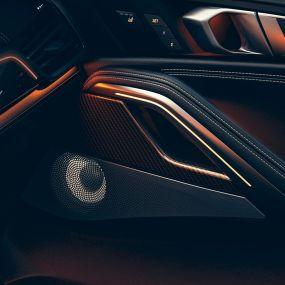 Close-up van het BMW interieur met focus op de luidspreker.