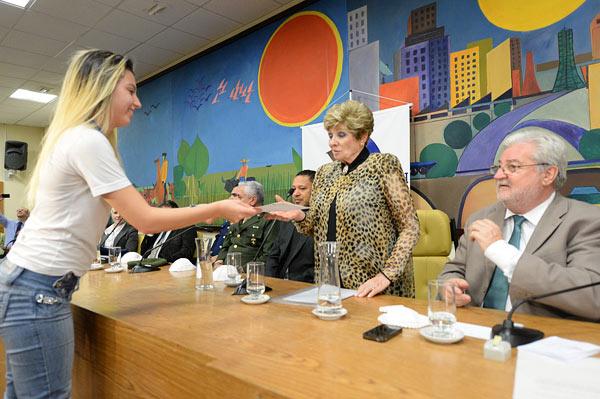 Rachel Gotthilff recebe certificado das mãos de aluna