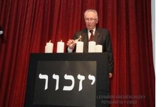 Legenda: Mario Wilhelm, presidente da ´B'nai B'rith Argentina acende a quarta vela