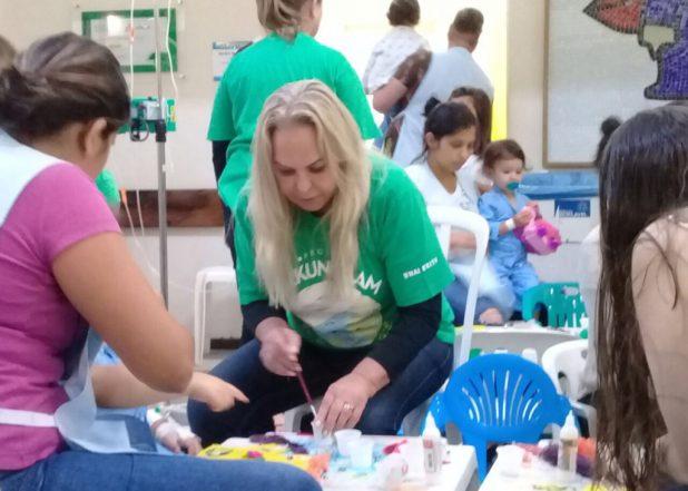 As mães também participaram com a ajuda das dos voluntários