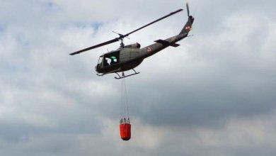 طوافات الجيش تتوافد الى البرك الاصطناعية التي تم انشاءها بالتعاون مع الدفاع المدني للمساعدة باخماد حرائق البلدات العكارية