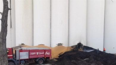 اخماد نيران اشتعلت في بعض مخلفات القمح بمرفأ بيروت (صور)